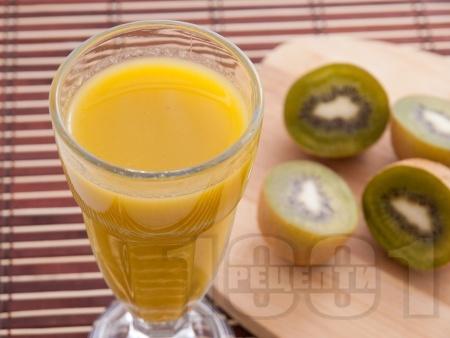 Плодово смути с киви, портокал и банан - снимка на рецептата